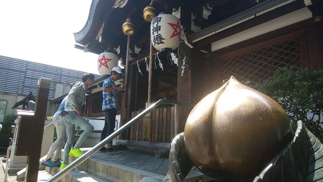 晴明神社の本殿。向かって右側に厄除け桃がある。