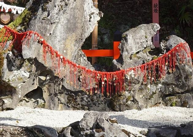 夫婦岩に結ばれる赤い糸と五円玉