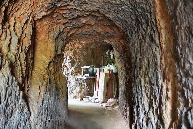 運気好転への信仰が寄せられる日向大神宮の天の岩戸。洞窟のようになっていて通り抜けができる。