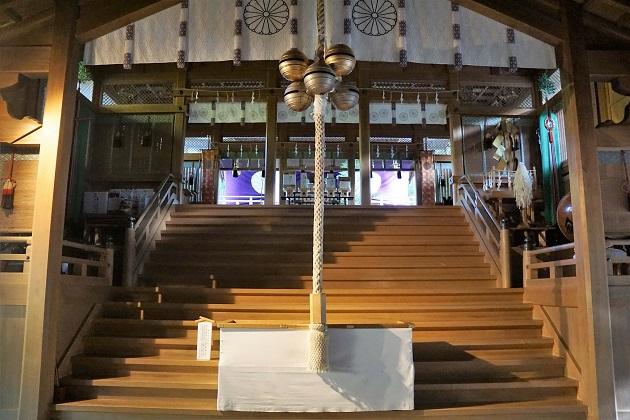 財運の神様を祭る天河弁財天社。拝殿に吊るされた鈴の形状も独特だ。