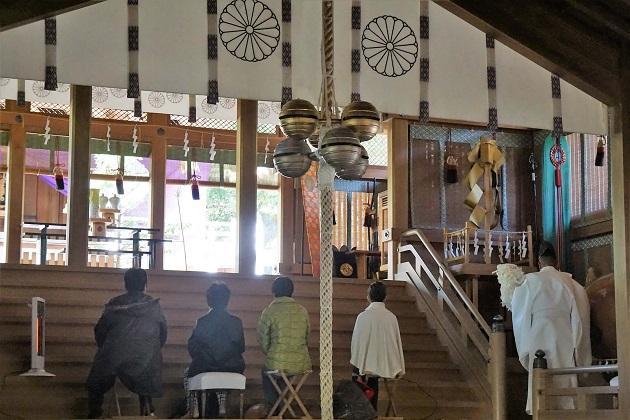 奈良最強のパワースポット、天河神社(天河大弁財天)の昇殿参拝のひとこま。光がさす美しい拝殿で、三角に並ぶ鈴など随所に独自のスタイルが見られる。