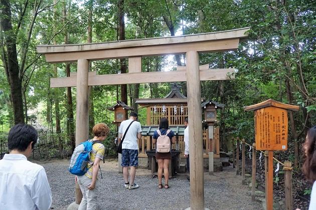 祓戸神社の写真。参拝者の列ができているのは、最初にお参りする手順を知っている人が多いためだ。