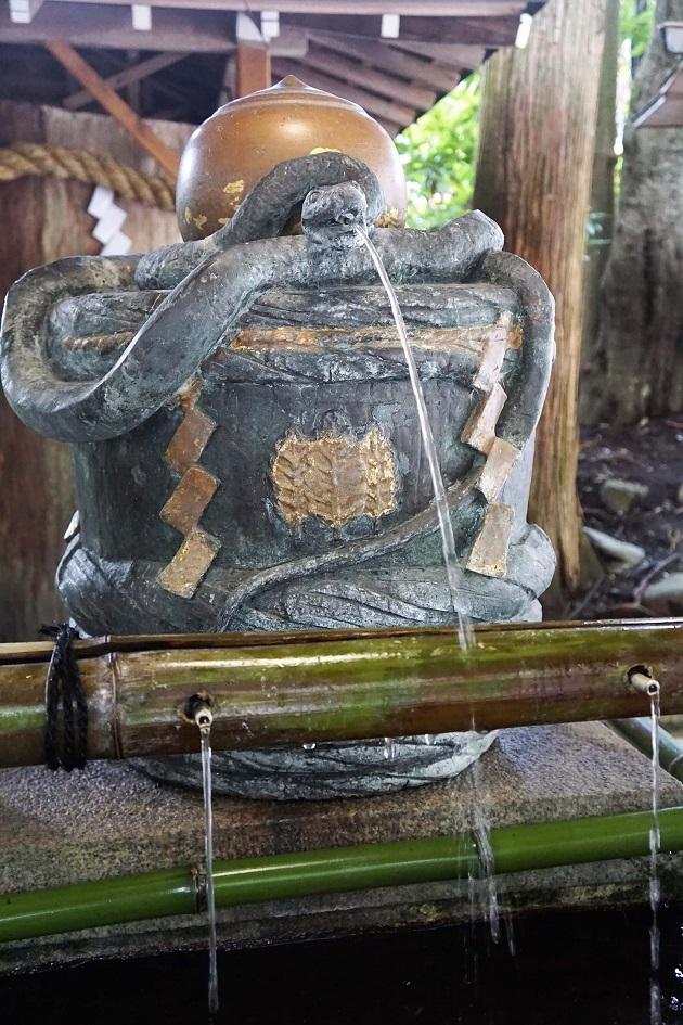 大神神社の手水舎に鎮座する白蛇の像
