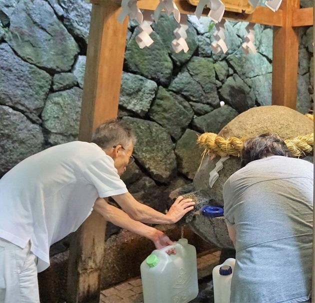 狭井神社(さいじんじゃ)の御神水を頂くのに多くの人がやってくる。甘い味がする美味しい水。ただ、大量にくんで帰るのはご法度だ。