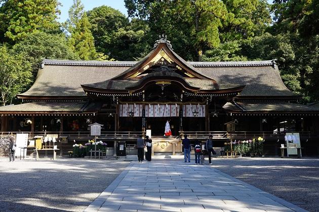 大神神社の拝殿。本殿はなく、三輪山を神の山としてあがめている。