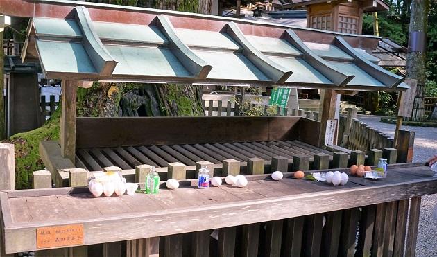 白蛇へのお供えとして卵とお酒が並んでいる。大神神社ならではの光景だ。