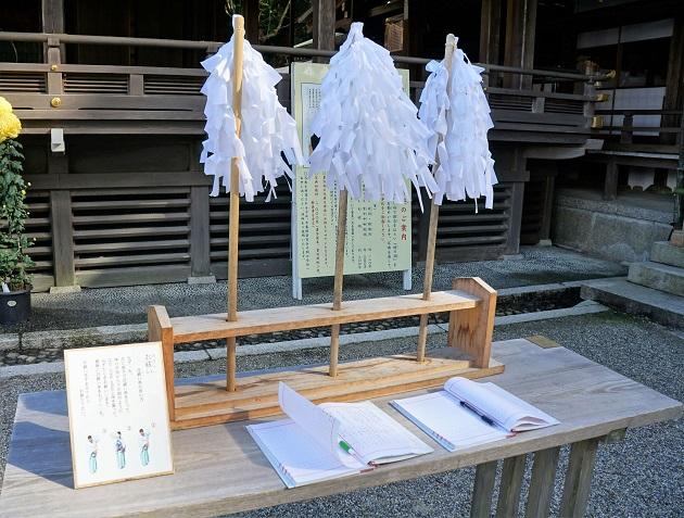 不浄を嫌う大神神社。自祓い串が配置されているのもそのため。3つ並んでいる。