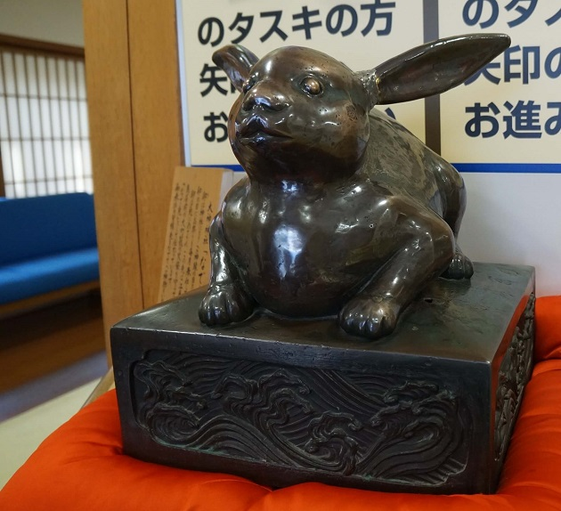 大神神社ではうさぎとの縁が深く随所にその姿をみつけることができる。写真はなで兎の像。