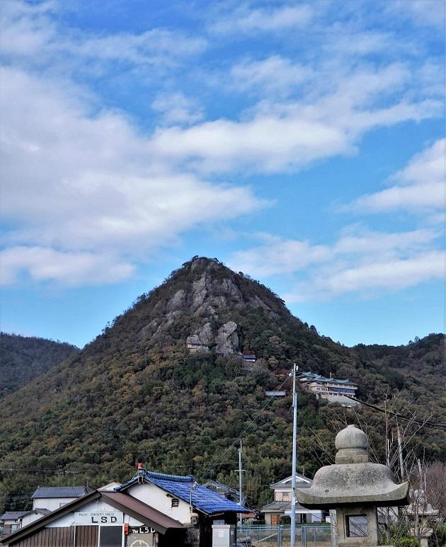 いにしえから神聖視されてきた太郎坊山の山容。