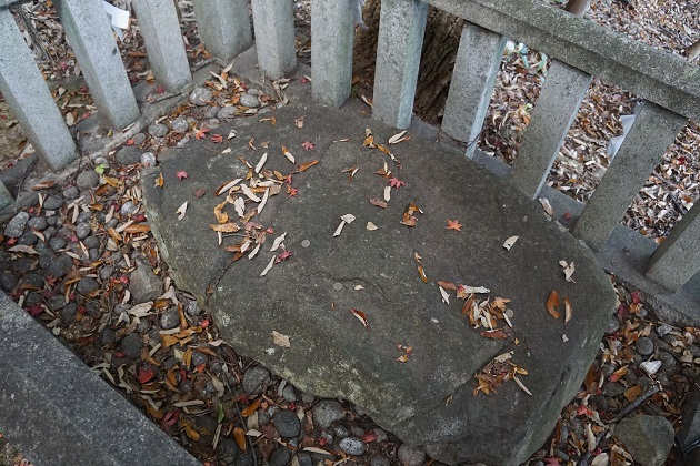 不上石と呼ばれる霊石。動物性たんぱく質をとった人はここでお参りを。