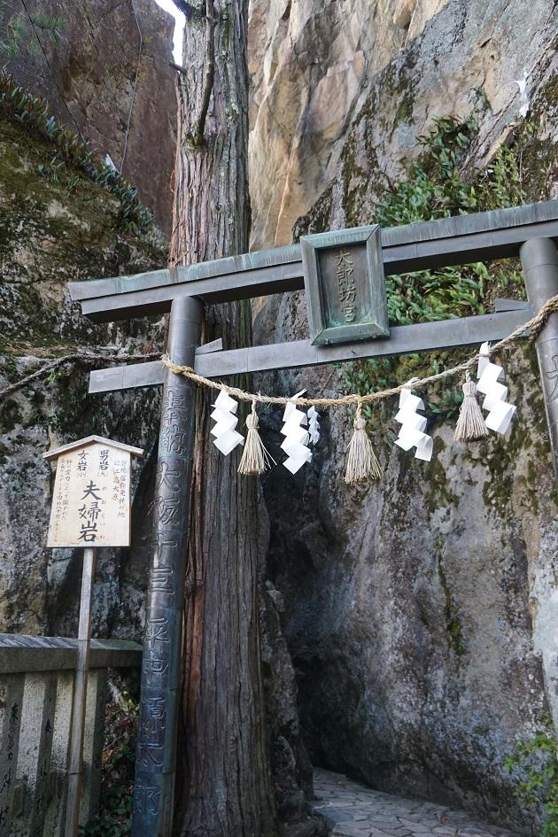 巨大な岩が並ぶ太郎坊宮のパワースポット。