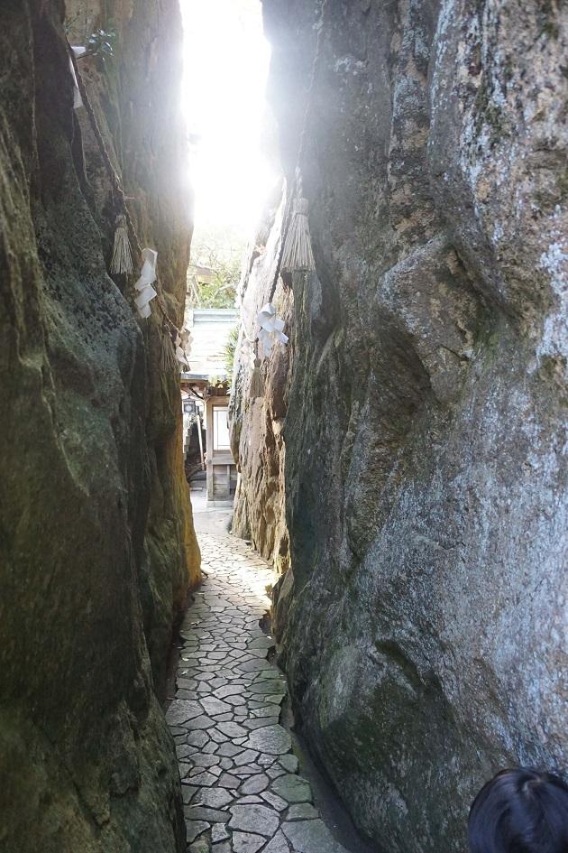 八日市市のほど近くにある太郎坊宮。両側から巨石が迫る夫婦岩は圧巻。幅は80cmしかない。