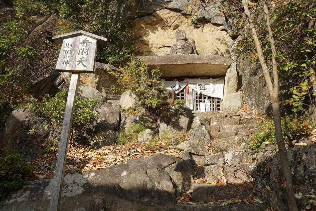 弁財天をまつる社。扉の先には鎮魂窟と呼ばれる修行の空間が広がっている。