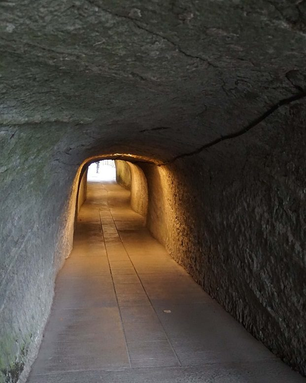 銭洗弁財天に続くトンネル。この先に水の神が集う霊水の聖地がある。