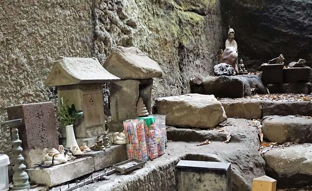 銭洗弁財天ではスピリチュアルな神仏の像がここそこに配されている。