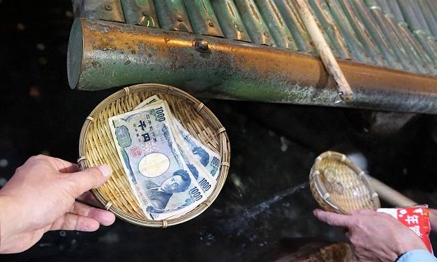 銭洗水でじゃぶじゃぶ洗ったお札。ほぼ全額を人のために使ってみた。