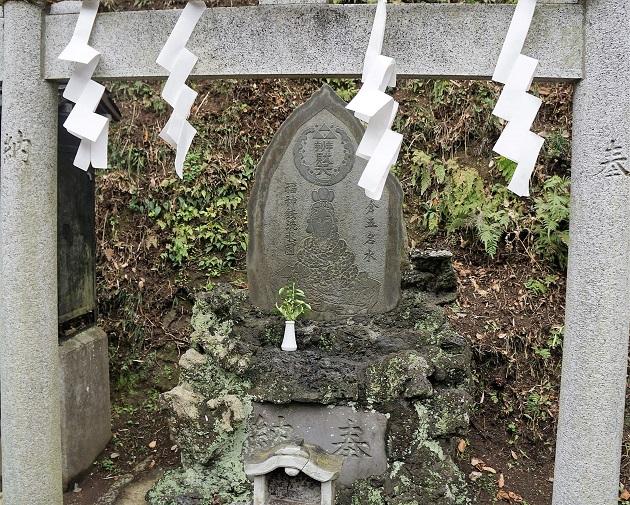 銭洗弁財天宇賀福神社では神仏の像がところどころに祭られている。神仏習合の名残がみられる。