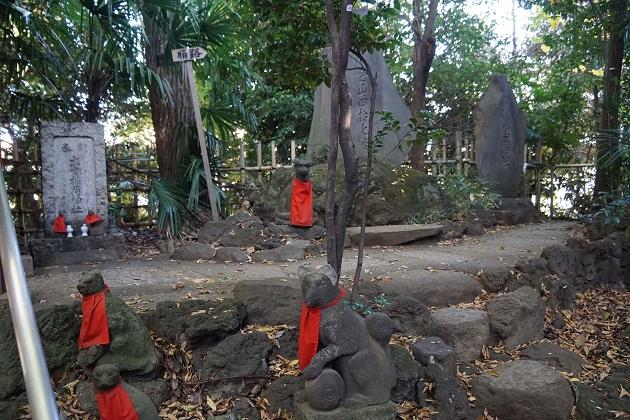 表情の異なる代々木出世稲荷の白狐の像。戦後に氏子地域から集められてきた。
