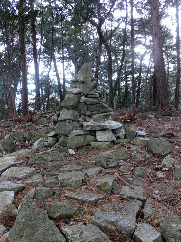 山頂の積み石。積み石群は自然崇拝のパワースポットで見かける構図に合致している。
