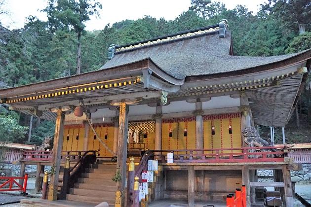 日吉大社の神様は古来から鎮まる山の神と超メジャーな縁結びの神。写真は金色に輝く西本宮のお社。
