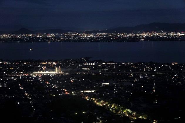 奥宮エリアからの絶景。町が琵琶湖をライトアップしているかのようにきらめく。ただし夜の参拝はおすすめできない。