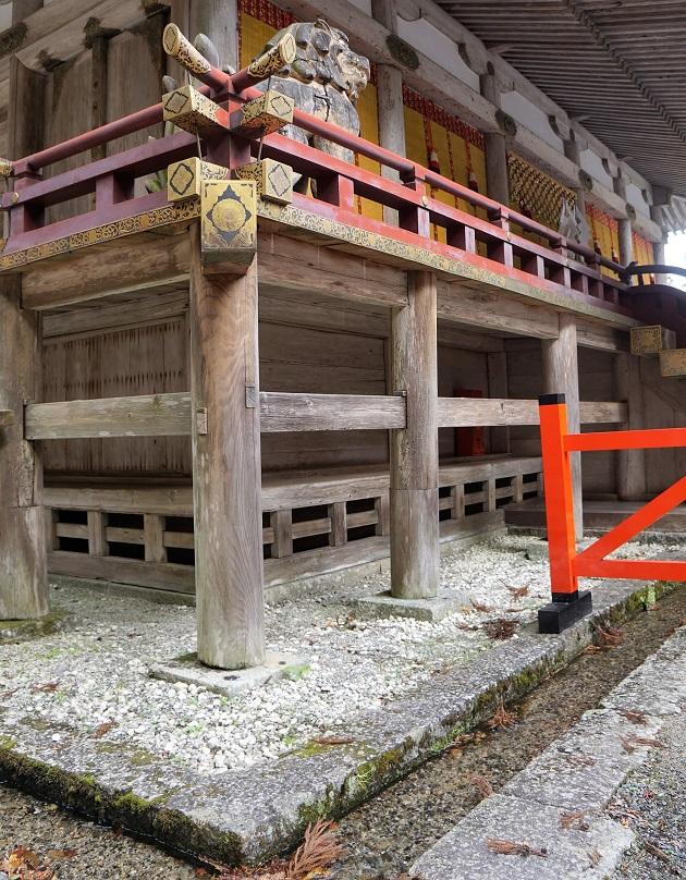 社殿に沿って敷かれた溝。神域を結界で守る役割を果たしている。