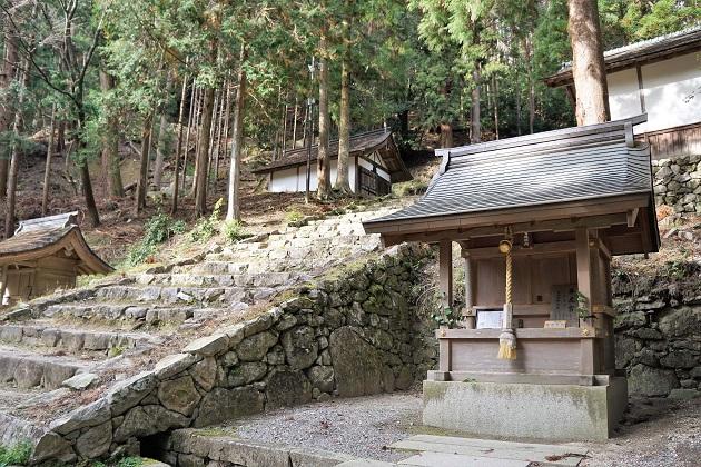 奥宮エリアに続く石段。両脇に遥拝所が配されている。