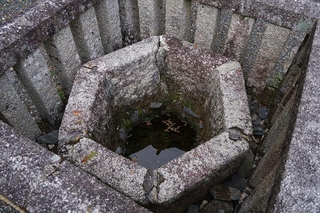 日吉大社の亀井霊水。往時は神仏に供える水をとった場所といわれる。