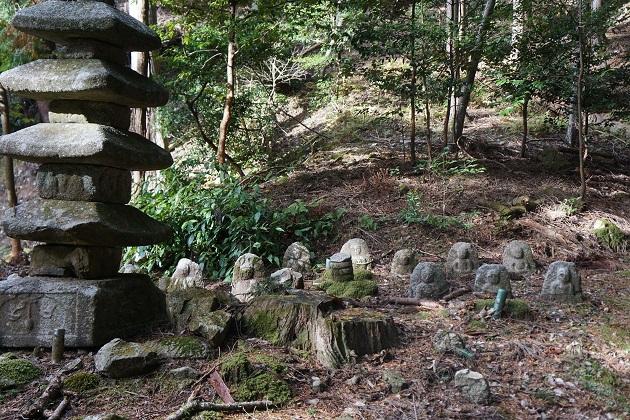 三宮宮を奥に進むと石仏が並ぶ最澄ゆかりのポイントにたどり着く。ほこらもあるが中は非公開。