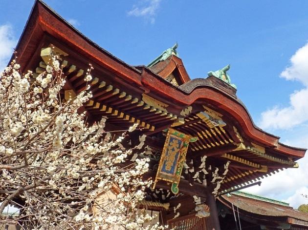 学問の神様を祭る天満神社の総本宮「北野天満宮」の楼門。