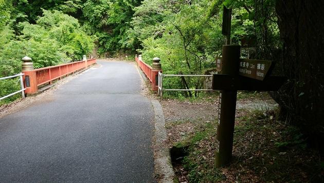 龍鎮神社入口の目印となる龍鎮橋。朱が特徴。