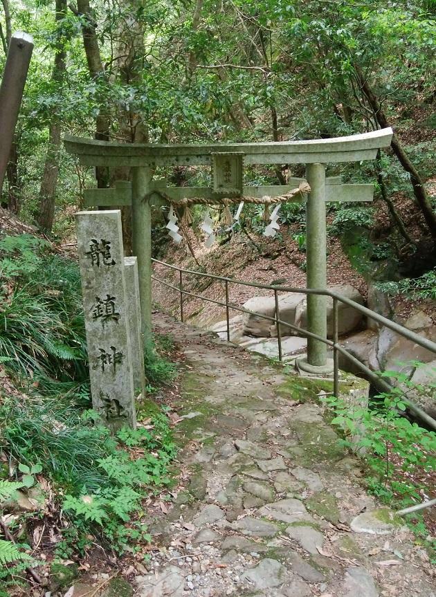 龍鎮神社の鳥居と標石。ここが入口。