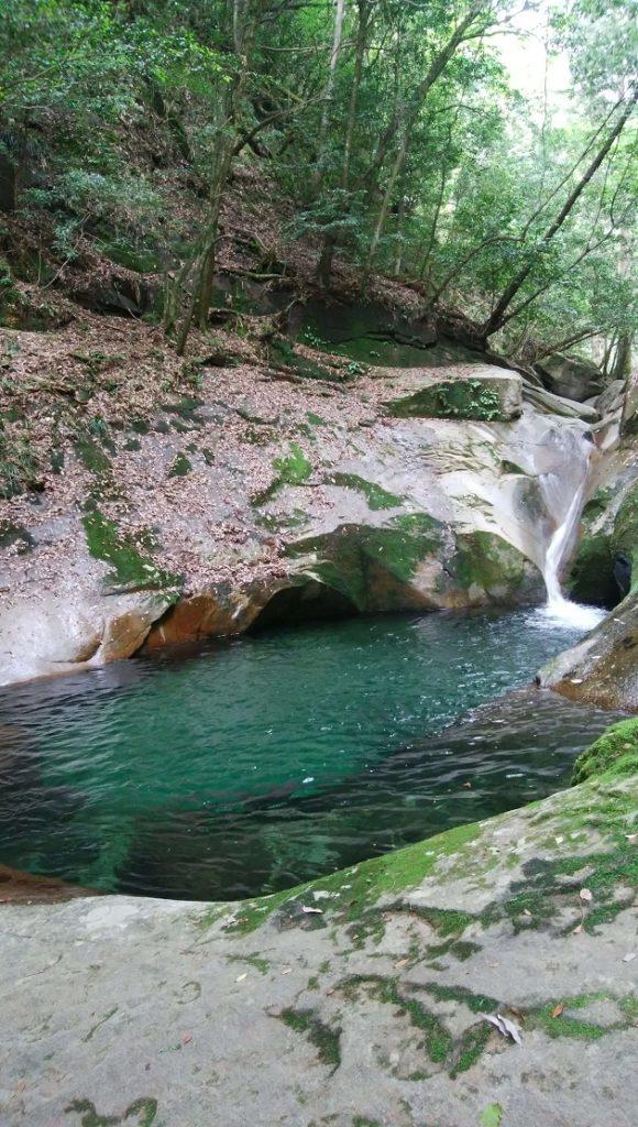 龍鎮の滝。コバルトブルーが美しいが、泳いではならない。