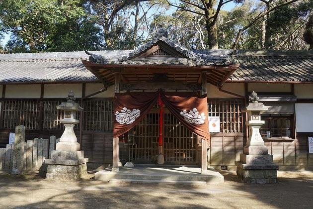 意賀美神社の拝殿。億に本殿があり、右手に社務所がある。