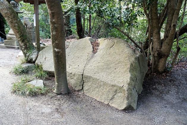 歯痛に霊験があると言われる抱岩。なぜそうした信仰が生まれたかは定かではない。