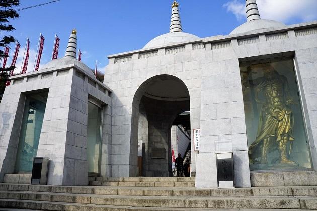 仏舎利塔を彷彿させる珍しい仁王門