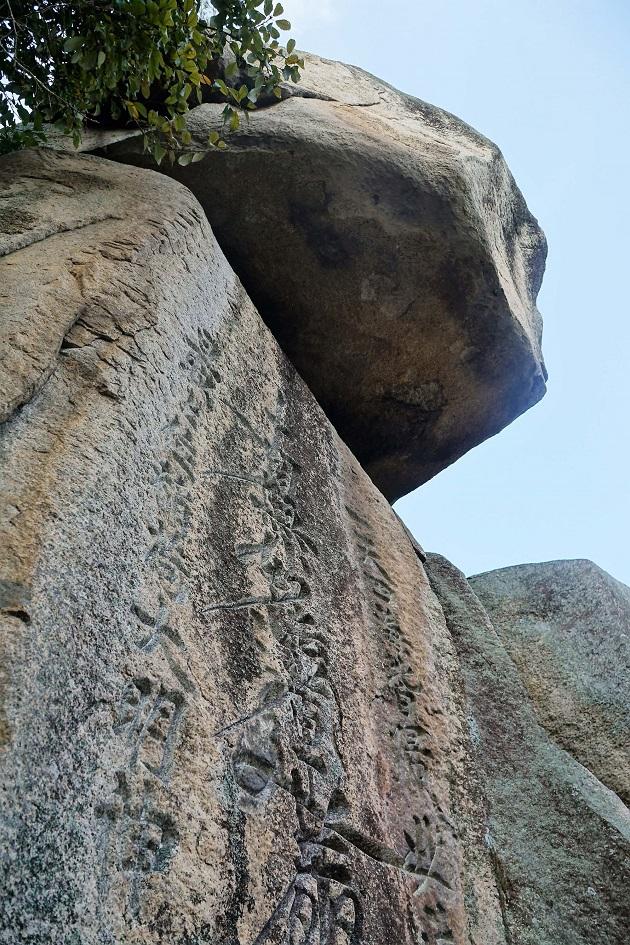 最上稲荷で最強のパワースポットと目される題目岩