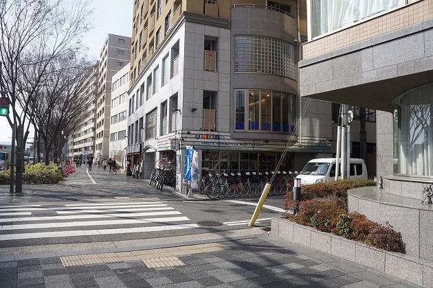 御金神社にアクセスするための曲がり角。自転車屋さんが目印。