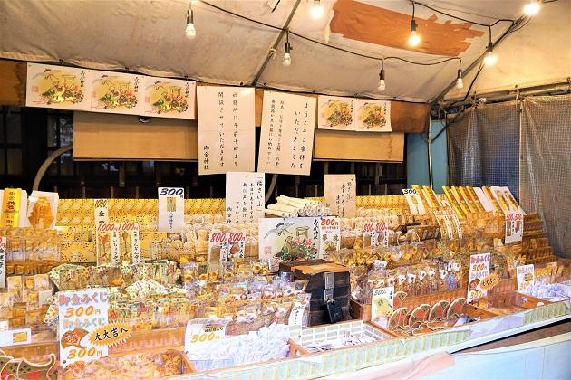 開運グッズが並ぶ御金神社の無人販売所。ひとつひとつのアイテムが金ぴかで眩しい。