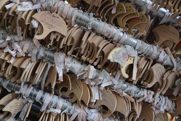 御金神社の絵馬掛所に吊るされるイチョウ型の絵馬。読むと面白い。