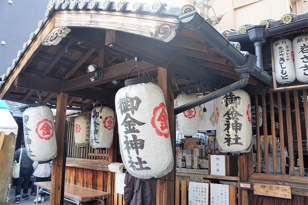 御金神社の拝殿と本殿。