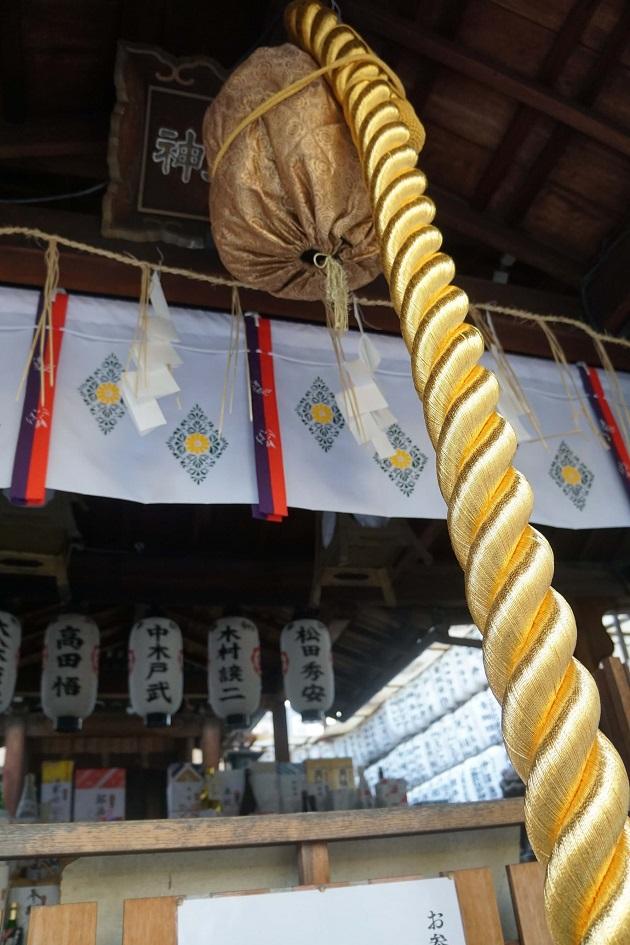 御金神社の鈴と鈴緒。金色で統一されている。