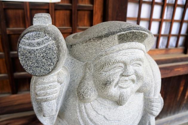 敷津松之宮の社殿の前にある大黒天の石像