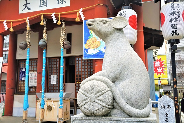 大国主神社の本殿とねずみの像
