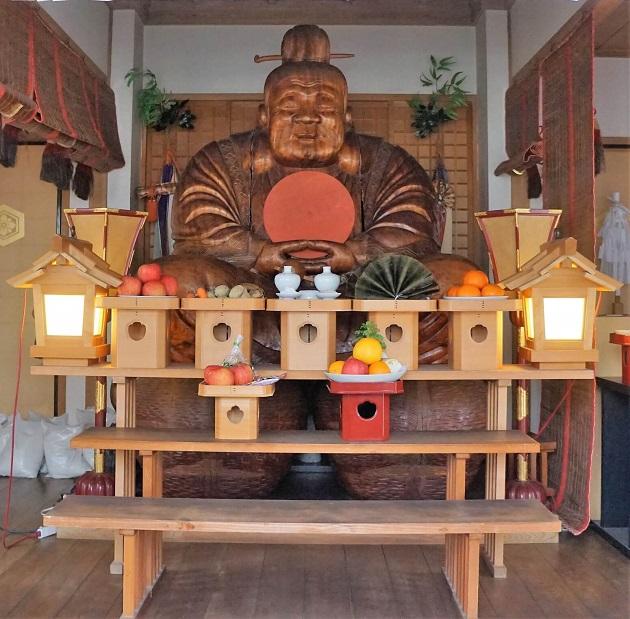 大国主神社の大黒天像。俵の上にあぐらをかき、太陽を胸に抱く。