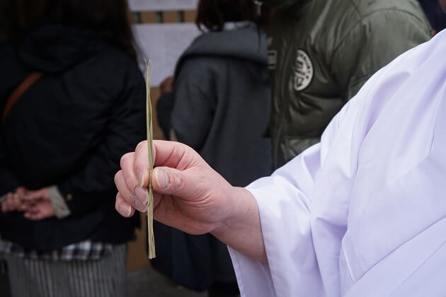 方違神社の「ちまき」というお守り。粘土を葉で包んだ縁起物だ。