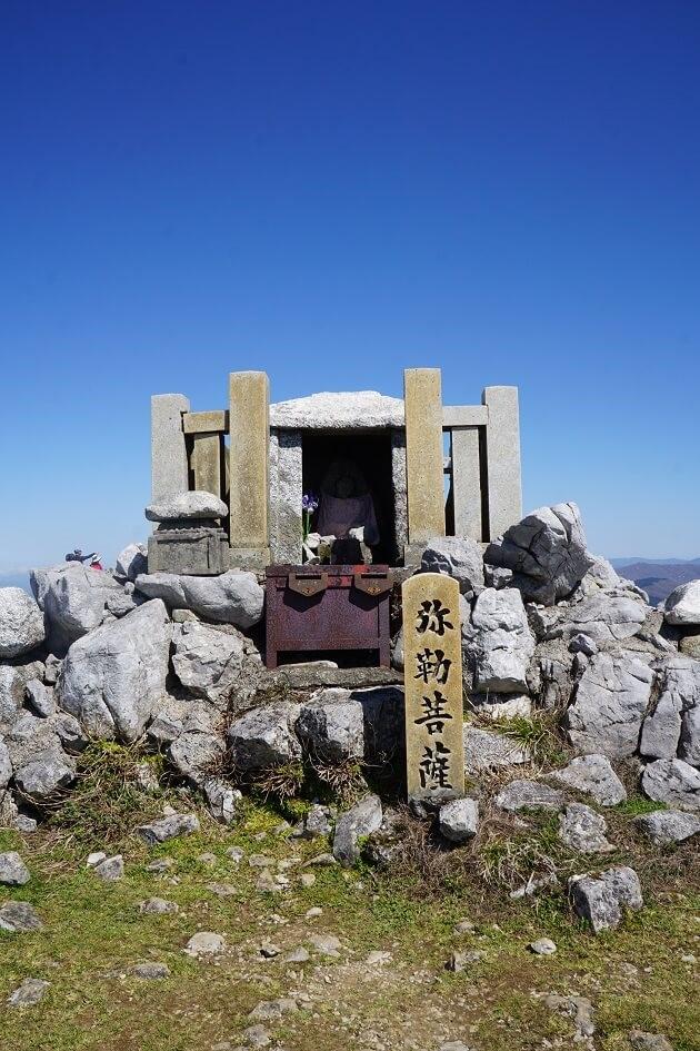 伊吹山山頂にある弥勒堂を前からみたカット