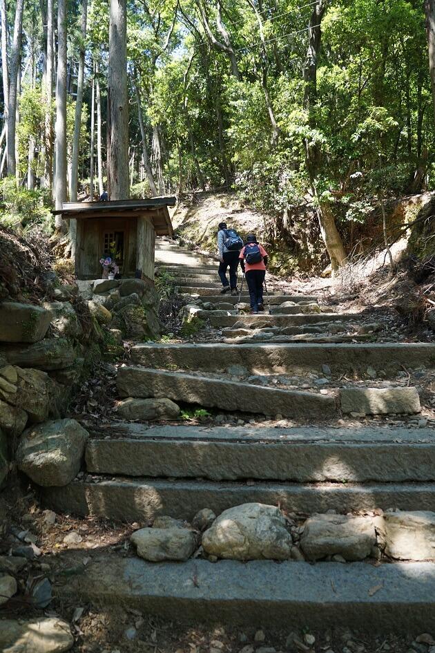 愛宕山の険しい山道。