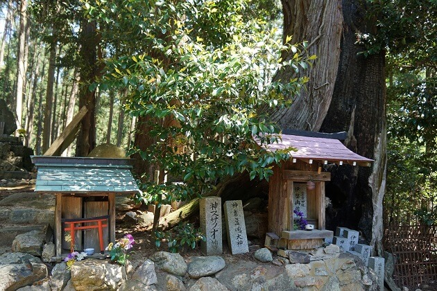 愛宕山山中で参拝者を最初に出迎えるパワースポット「火燧権現跡」。
