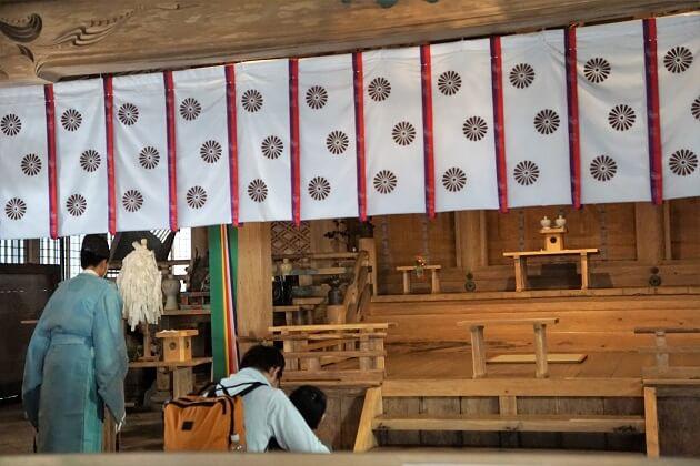 愛宕神社の本殿で祈祷する神職の姿。